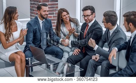 business team applauding business partners at an informal meeting.
