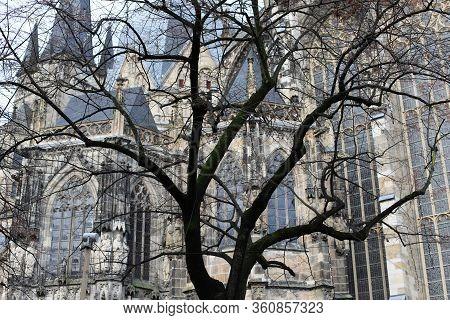 Door De Takken Van De Bomen Rijst De Kathedraal Van Aachen.