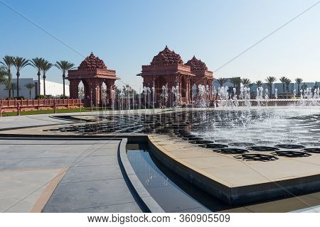 Chino Hills, California/usa - February 7, 2020: The Lotus-shaped Reflection Pond And Fountain With A