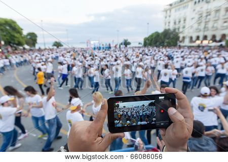 Thessaloniki Breaks The Guinness World Record With 1102 People Dancing Rueda De Casino, Particular T