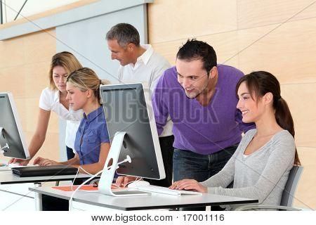 Lavoratori di ufficio sulla formazione aziendale