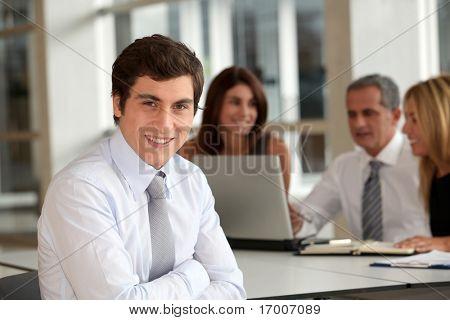 Ufficio lavoratore frequentando meeting aziendale