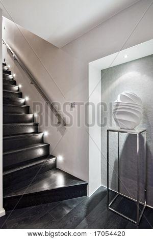 escalera de madera moderna con iluminación de piso discreto