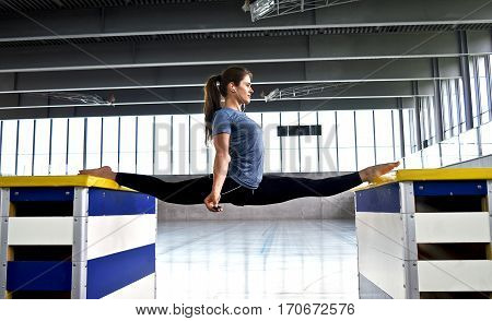 women does oversplit between to gym boxes