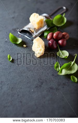 Kalamata olives, parmesan and fresh basil leaves (symbolic image)
