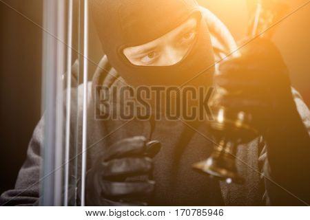 Thief in bakalave steals vase