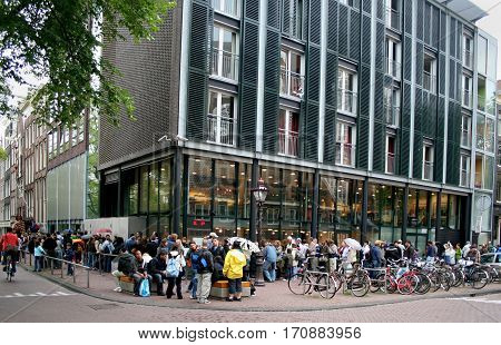 Tourists Waitiing To Enter The Anne Frank House