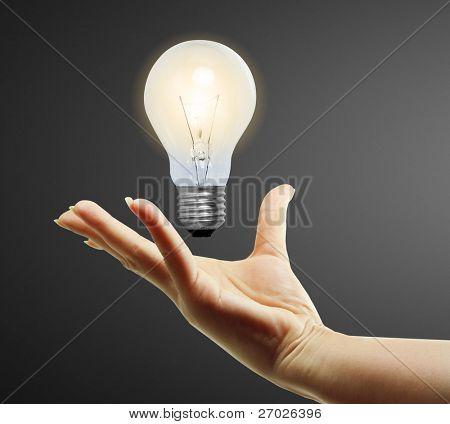 Bombilla de luz en mano