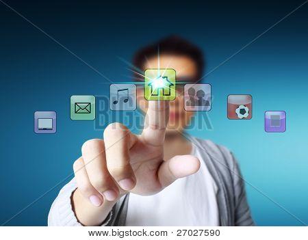 mano empujando en una interfaz de pantalla táctil