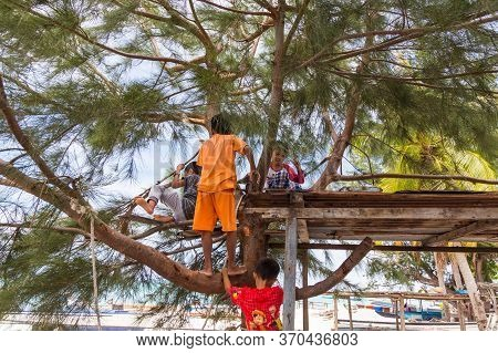 Mantanani Island, Sabah, Malaysia-circa September, 2017: A Group Of Local Mantanani Island,kids Are