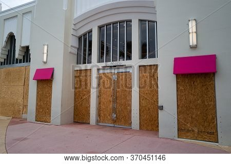 Miami Beach, Fl, Usa - June 7, 2020: T-mobile Brand Store Protect Storefronts From Burglars During N