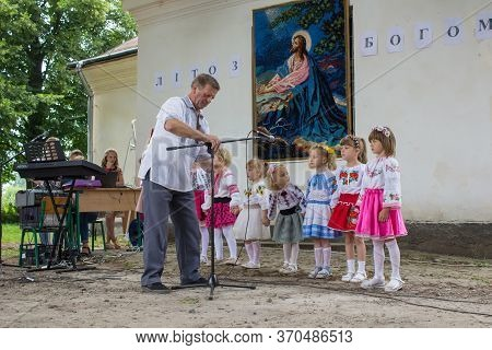 Little Girls Are Singing, 6 July 2018. Ukraine Mervichi, A Musician Sets Up A Microphone For Little