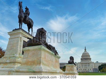 Washington, D.c., Usa - November 12, 2017: The U.s. Capitol Building Is Seen Behind Large Bronze Scu