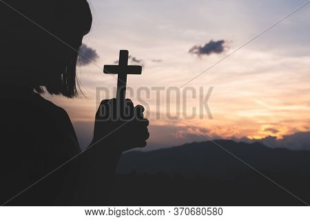 The Crucifix Is Held By A Girl, A Symbol Of The Blessing Of Jesus, The Symbol Of Supplication And Fa