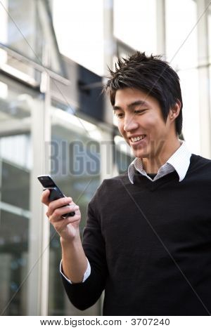 casual asiatischen Businessman texting