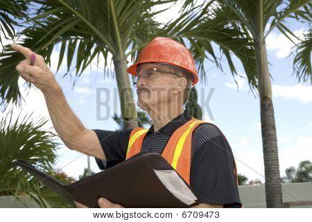 Homem dirige construção