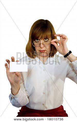 Бизнес женщина с пустым визитной карточки