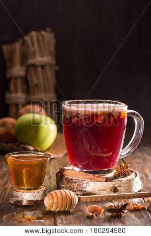 Mulled wine with red wine, honey, fruit and spices