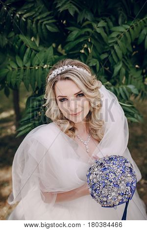 bride portrait Bridal veil bouquet in the Park