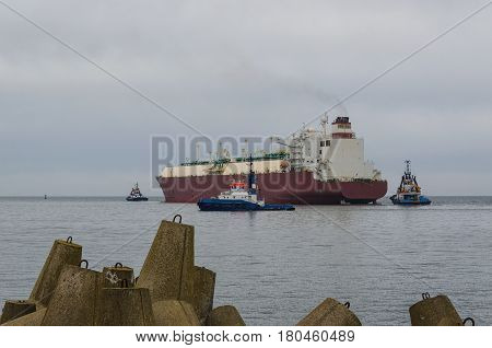 LNG TANKER AND TUGBOAT IN SWINOUJSCIE - The tanker sails on a cruise to Qatar