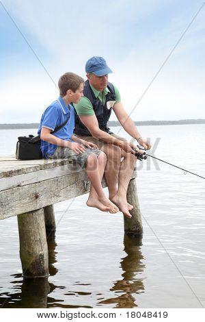 Vater und Sohn Angeln im See