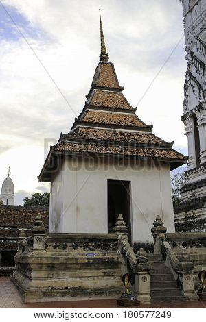 Almost due south of the old town on the south bank of the Chaophraya River is the very old temple of Wat Phutthaisawan. With its freshly whitewashed classically styled prang the temple is easy to overlook. Most guidebooks do but don't you make that mistak