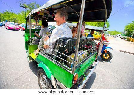 Senior mit Enkelin, die eine schnelle Fahrt auf Bangkoks beliebteste Methode des Transports, genießen die