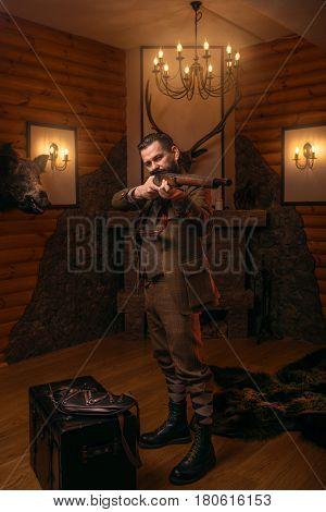 Senior hunter aims of the antique shotgun