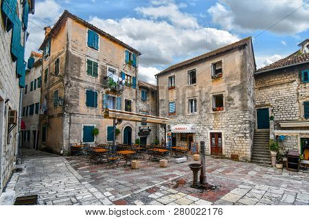 Kotor, Montenegro - September 18 2018: A Small Square In Old Town Kotor, Montenegro, With A Water Pu