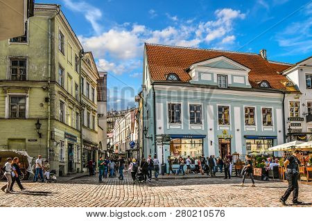 Tallinn, Estonia - September 9 2018: Tourists Crowd The Sidewalk Cafes And Shops In The Medieval Tal