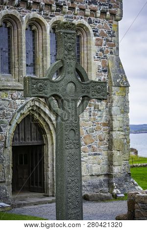 Saint Johns Cross In Front Of Historic Iona Abbey Entrance