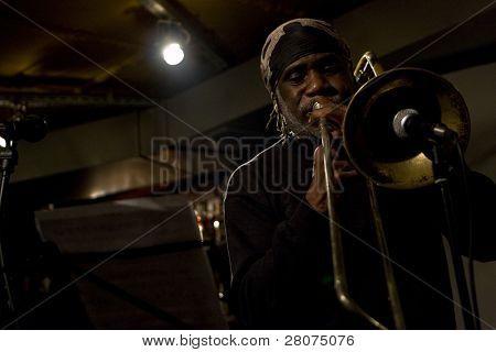 Tomsk, Russland Oktober 3: Musiker offen Ku Umba Frontmann von Kuumba frank lacy Quartet (Usa) im Jaz