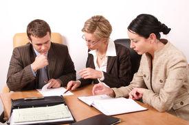 Reunión de negocios - 2 mujer, 1 hombre