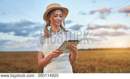 Female Agronomist Specialist Research Monitoring Analysis Data Agribusiness Woman Farmer Straw Hat S
