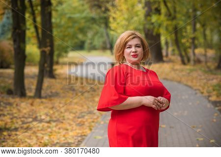 Middle Age Woman In Classical Look At Park, Fashionable Style For Plump Ladies. Mature Fashionable P