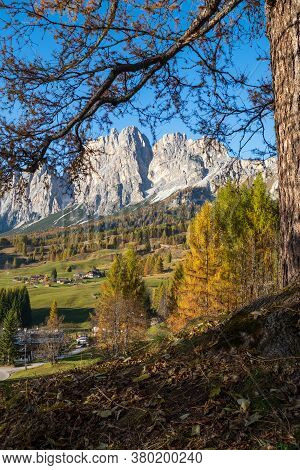 Sunny Autumn Alpine Dolomites Mountain Scene, Sudtirol, Italy. Peaceful View From Cortina D'ampezzo