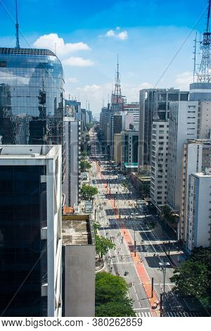 São Paulo, Brasil - August 10, 2020: People Exercising And Strolling On The Avenue On Sunday