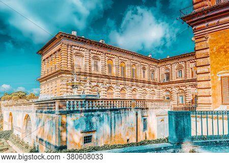 Pitti Square (piazza Pitti) And Palace Of Pitti (palazzo Pitti) In Florence - City Of The Renaissanc