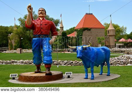 Aberdeen, South Dakota, August 7, 2020:  Paul Bunyan And Babe Are Displayed At The Land Of Oz(storyb