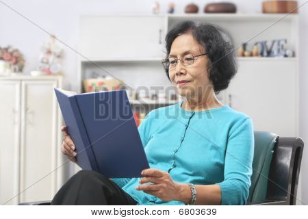 Senior Woman Reading Buch