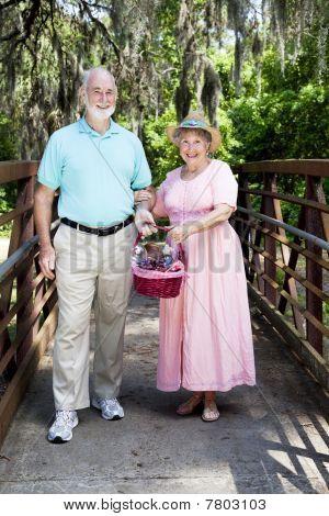 Picknick-Senioren auf Brücke