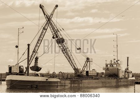 Small Dredge Marine vintage