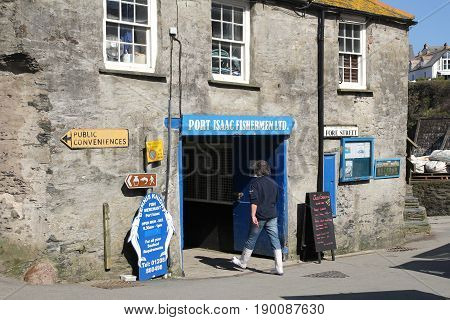 Port Isaac, Cornwall, Uk - April 8Th 2017: On Fore Street, A Sea Fisherman Walks Into The Entrance T