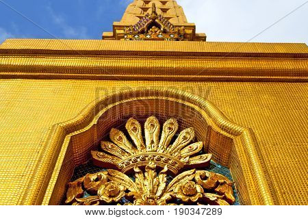 Window      Gold    Temple    Bangkok  Sky