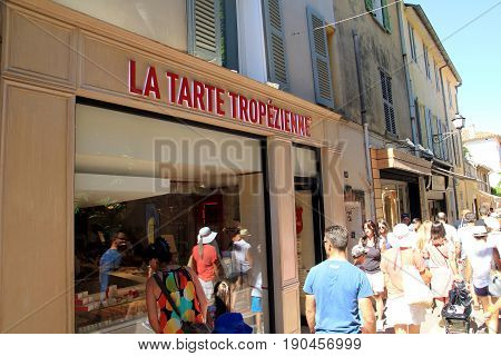St Tropez, Provence, France - August 21 2016: Tourists Outside La Tarte Tropezienne, Home Of The Fam
