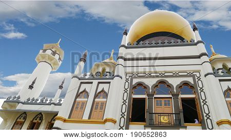 Upward view of Masjid Sultan Mosque with clouds, Kampong Glam, Singapore Masjid Sultan Mosque in Kampong Glam features indo-saracenic revival architecture and is one of the top tourist destinations in Singapore.