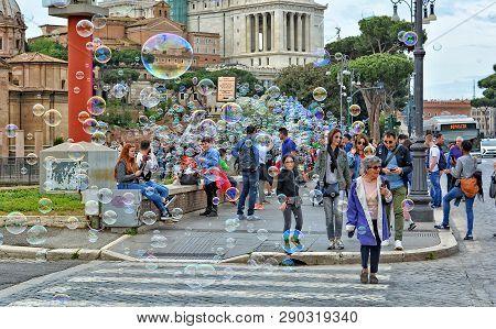 Crowd And Soap Bubbles. Travelers Explore The Eternal City. Landmarks Of Rome. Piazza Venezia. Itali