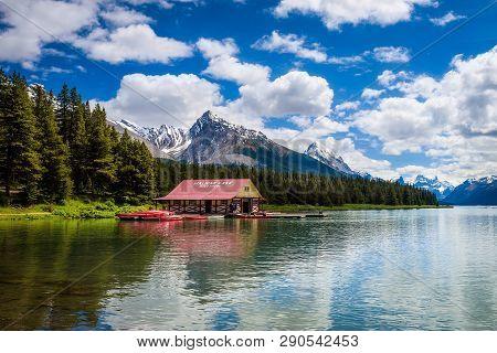 Maligne Lake, Alberta, Canada - June 29, 2017 : Boat House And The Idyllic Maligne Lake In Jasper Na