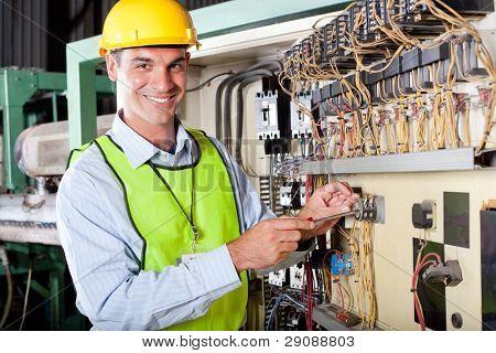 glücklich männlich caucasian Techniker Reparatur industrielle Maschine Kontrollbox