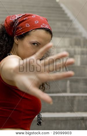 mujer en rojo oculta su rostro con la mano